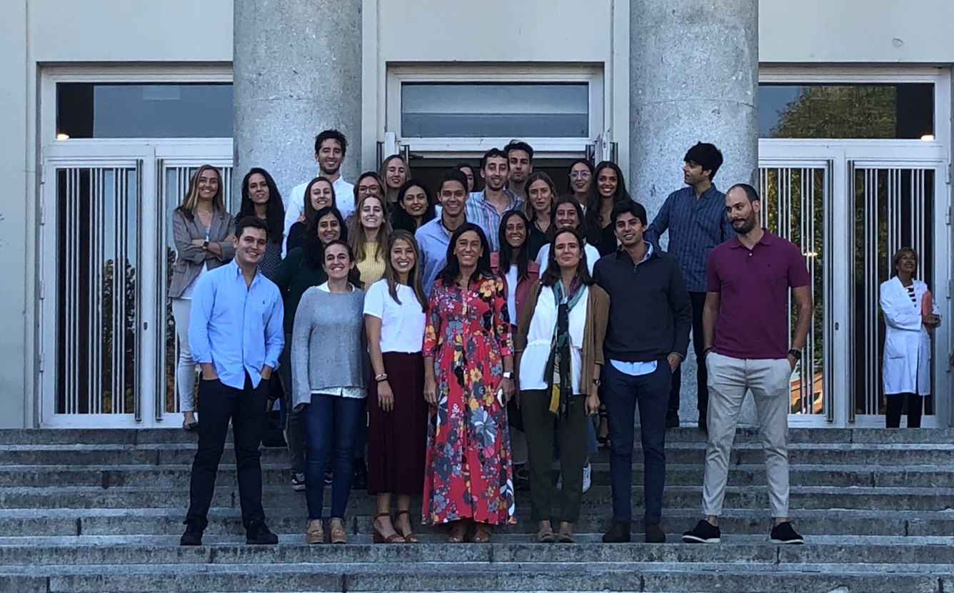 Alumnos y profesores en la entrada de la Facultad Odontología UCM.
